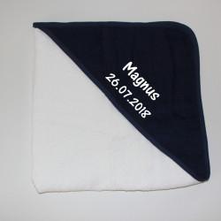 Babyhåndklæde i hvid med mørkeblå hætte og navn på